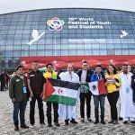 Фото на память. Участники XIX Всемирного фестиваля молодежи и студентов в Олимпийском парке в Сочи