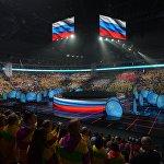 Концерт открылся обратным отсчетом, во время которого на большом экране под куполом арены друг друга сменяли флаги участников фестиваля