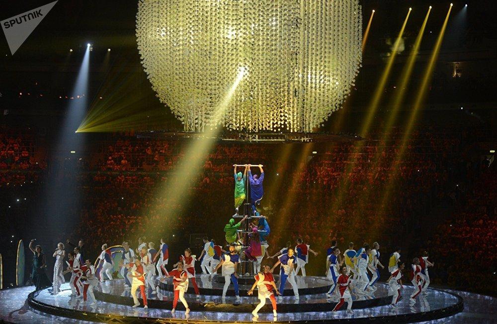 Центральную часть сцены занял шатер, на экранах стали мелькать фотографии людей, которыми гордится Россия – актеры, танцоры, спортсмены, космонавты. На этом фоне затем развернулось настоящее представление с участием десятков артистов