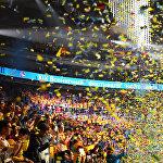 Когда же дошло до нуля, на зрителей посыпалась разноцветная мишура, после чего голос диктора громко проскандировал Добро пожаловать в Россию! и зал разразился бурными аплодисментами
