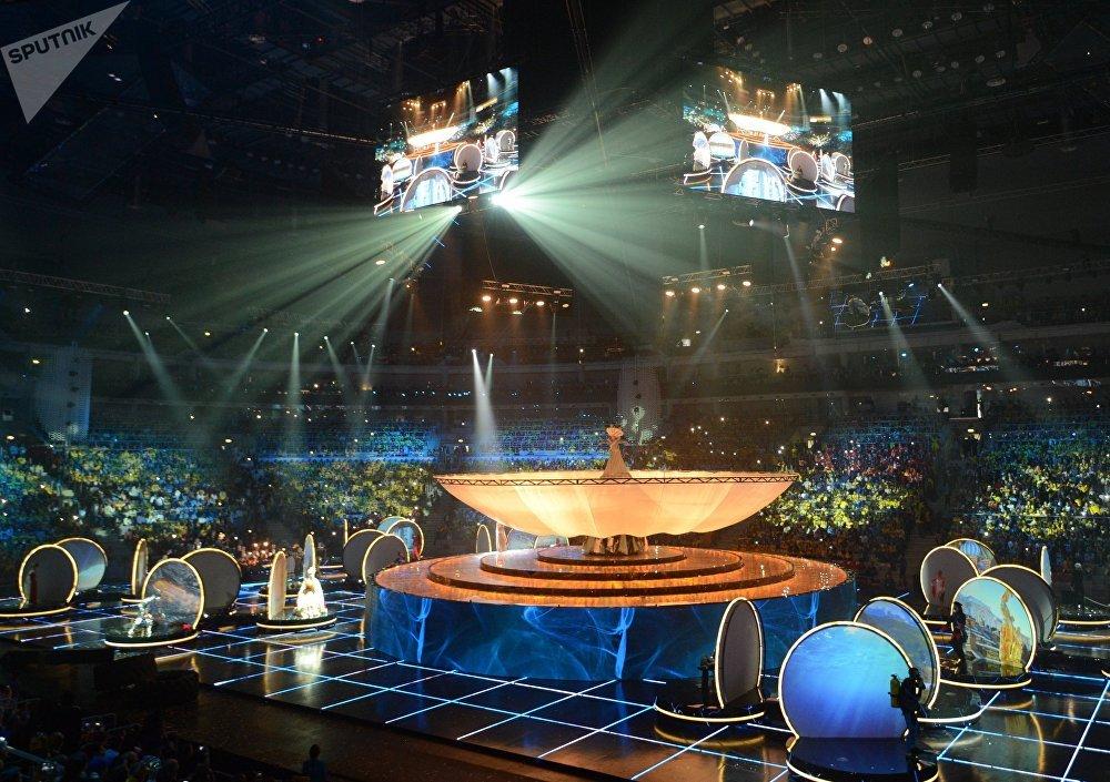 Каждому раздали прибор, напоминающий формой наручные часы, который во время театрализованного представления на церемонии открытия сам включался, горел или синхронно мигал
