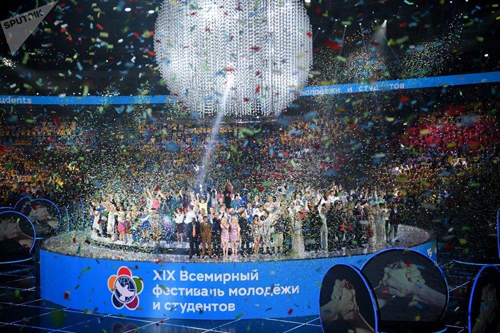 Так началась первая часть концерта под названием Россия, после которой пошли другие эпизоды – обязательно с историями реальных людей и концертной программой: Экология, Энергия, Бедность, Наука и Инфо-Бум
