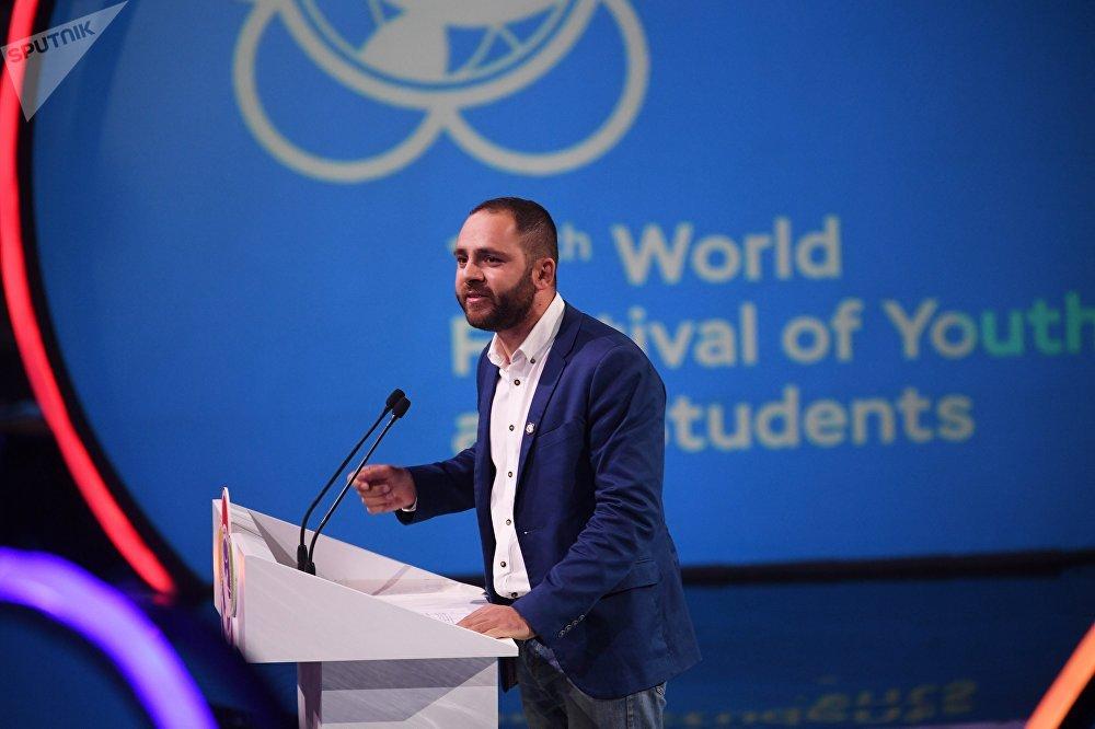Когда на сцену вышел президент Всемирной федерации демократической молодежи Николас Пападимитриу и сказал: Нас принимают в стране героев, которые победили фашизм, зал долго не смолкал. Его выступление было встречено очень тепло