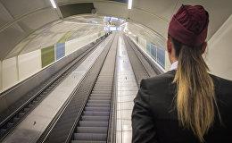 Эскалаторы для выхода из метро Тбилиси на станции Государственный университет