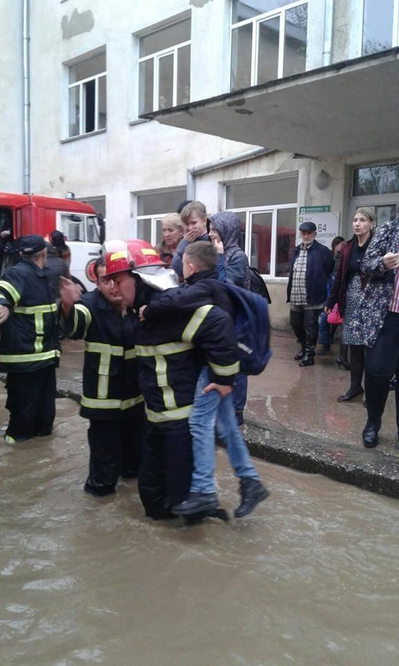Спасатели МВД оказывают помощь пациентам больницы в Кутаиси