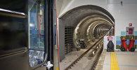 Поезд заезжает в тоннель на станции метро Тбилиси Государственный университет