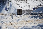 Грузовой трейлер на Военно-Грузинской дороге зимой в снег