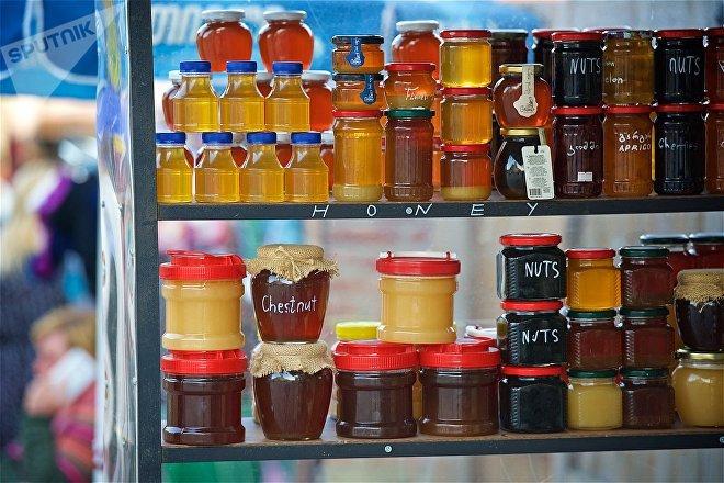 Баночки с грузинским медом на полках сувенирной лавки в городе Мцхета