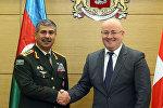 Министр обороны Грузии Леван Изория со своим азербайджанским коллегой Закиром Гасановым
