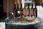 Бутылки с вином у винного магазина в городе Мцхета
