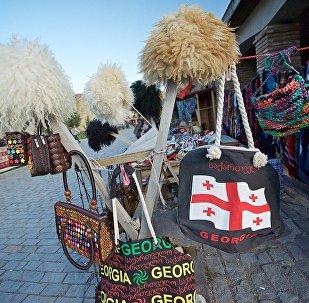 Шапки, сумки и другие грузинские сувениры продаются на прилавках сувенирных магазинов в городе Мцхета