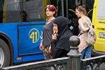 Жители столицы Грузии ждут автобуса на остановке