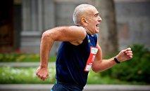Один из участников забега тбилисского марафона