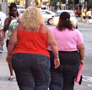 მსუქანი ქალები სეირნობენ ქუჩაში