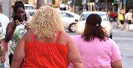 Тучные женщины гуляют по улице