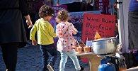 Дети у винного магазина в городе Мцхета