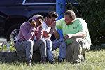 Люди в бизнес-парке Emmorton Business Park в американском городе Эджвуд после стрельбы
