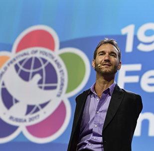 მოტივაციური ტრენერი, მეცენატი და წიგნების ავტორი ნიკ ვუიჩიჩი ახალგაზრდობისა და სტუდენტობის მსოფლიო ფესტივალზე სოჭში