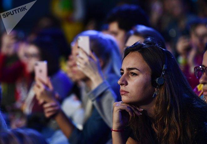 Участники дискуссии Мотивация к жизни с участием мотивационного тренера, мецената и автора книг Ника Вуйчича в рамках XIX Всемирного фестиваля молодежи и студентов в Сочи