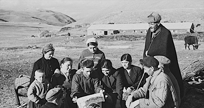 Жители села читают газету. Фото Ираклия Зенько