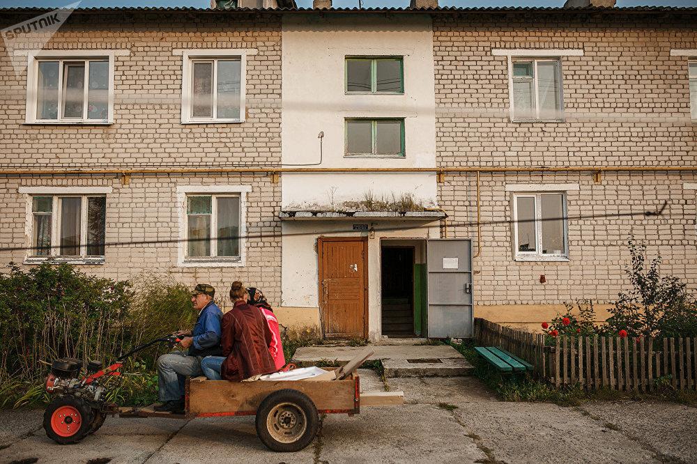 В Мирном три центральные многоэтажки занимают духоборцы, плюс несколько частных дворов. Здесь все друг друга знают. Показывают дом, где живет Любовь Игнатьевна Калмыкова