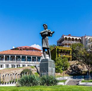 Памятник Николозу Бараташвили в Тбилиси