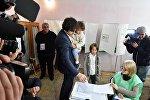 Председатель парламента Ираклий Кобахидзе голосует на выборах