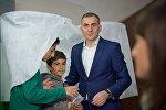 Алеко Элисашвили с детьми на избирательном участке