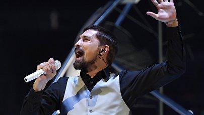 Певец Дима Билан выступает на церемонии открытия XIX Всемирного фестиваля молодежи и студентов (ВФМС) в Ледовом дворце Большой в Сочи