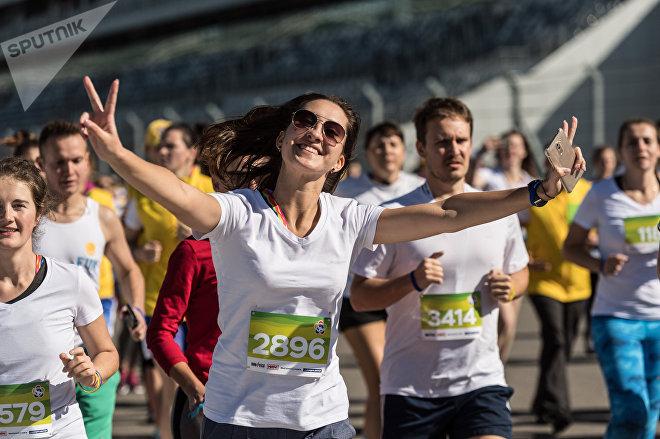 Участники фестивального инклюзивного забега на 2017 метров, проходящего в рамках Всемирного фестиваля молодежи и студентов в Сочи