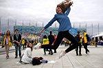 Участники XIX Всемирного фестиваля молодежи и студентов в Сочи делают фото на память - ВФМС посетили участники из 188 стран мира