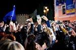 Сторонники Каладзе и представители партии Грузинская мечта снимают на смартфоны своих лидеров