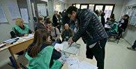 Избиратели принимают участие в процессе голосования