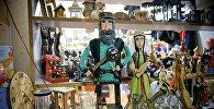 Фигурки в грузинской национальной одежде в сувенирном магазине