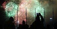 Праздничный салют над Олимпийским парком в честь закрытия XIX Всемирного фестиваля молодёжи и студентов в Сочи