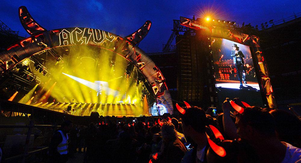 Скончался басист излегендарной группы AC/DC