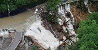 Разрушенная дорога в результате тайфуна Лан, Япония