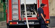 Пожарный у пожарной машины службы 112