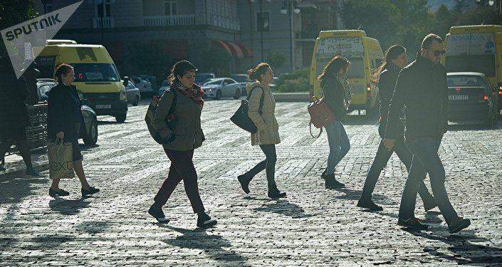 Прохожие переходят перекресток на пересечении проспекта Агмашенебели и площади Марджанишвили