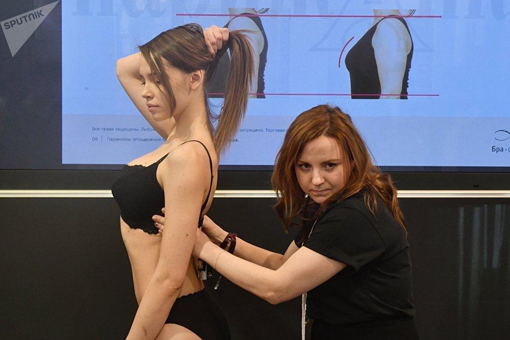 Одну из моделей готовят к показу на Международной выставке нижнего белья и купальников Lingerie Show-Forum - 2017