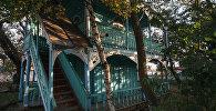 Сейчас Сиротский дом – это несколько построек с расписными деревянными ставнями и дверями.