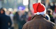 Мужчина в колпаке Санта Клауса на одной из улиц