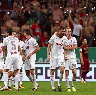 Игроки Локомотива Соломон Кверквелия (слева на первом плане) и Владислав Игнатьев радуются забитому голу