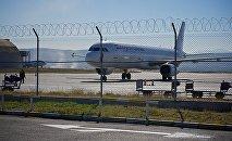 Самолет на взлетно-посадочной полосе в тбилисском аэропорту