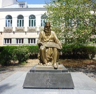 სულხან-საბა ორბელიანის ძეგლი ბოლნისში
