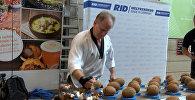 Житель Германии за минуту разбил руками 123 кокоса