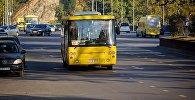 Желтый пассажирский автобус в центре Тбилиси