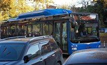 Новый синий пассажирский автобус на тбилисской улице