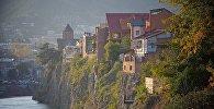 Старые дома над Курой: вид на Метехскую церковь и историческую часть города Тбилиси