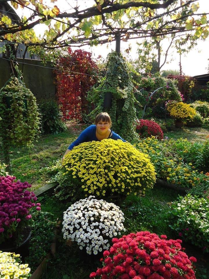 შორენა კოჭლამაზაშვილი ყვავილების ბაღში